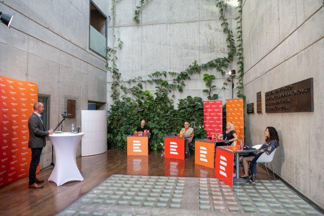 První volební debatu v atriu nové budovy Českého rozhlasu v Praze moderuje Jan Bumba | foto: Khalil Baalbaki,  Český rozhlas