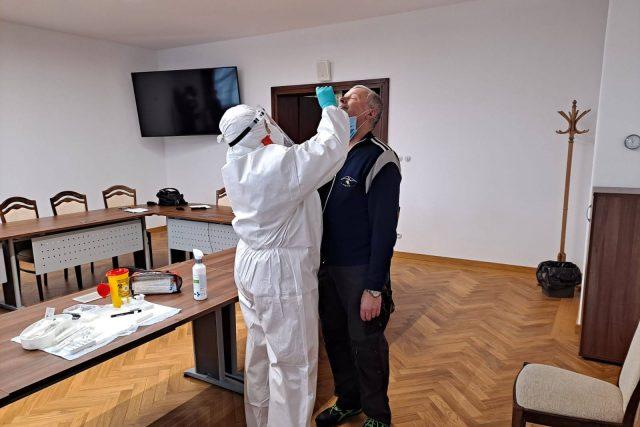Na jabloneckém magistrátu pravidelně testují na koronavirus pracovníci Českého červeného kříže