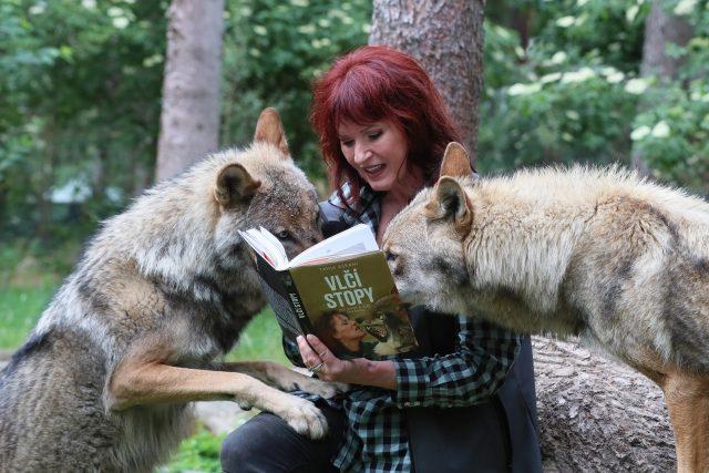 """Specialistka na šelmy a spisovatelka Tanja Askani se """"svými"""" vlky"""