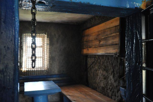 Interiér cely zvláštního režimu. Lůžka se sklápěla zvenčí a na oknech byly speciální žaluzie, takzvané lestničky, takže vězni nevěděli, jestli je den, nebo noc.