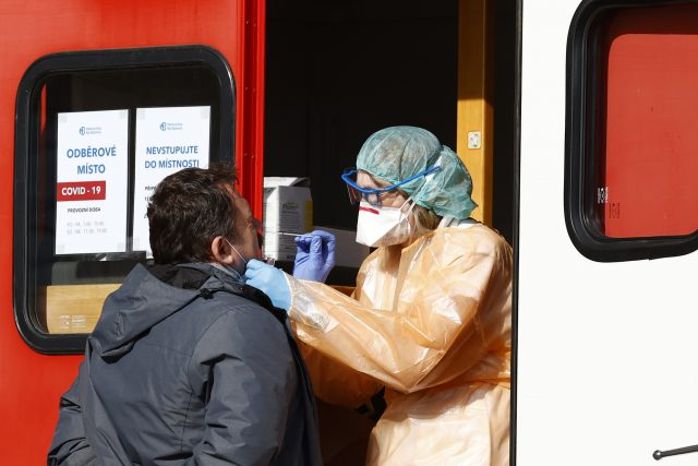 Koronavirus, odběrové místo v areálu nemocnice Na Bulovce, testy, nákaza, epidemie, rouška