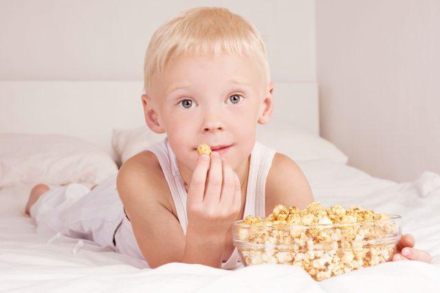 Chlapec s popcornem (ilustrační foto)