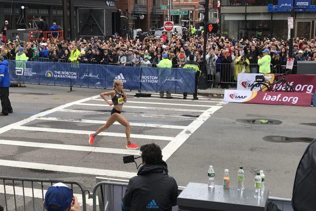 Joan Benoitová Samuelsonová v cíli 123. ročníku bostonského maratonu
