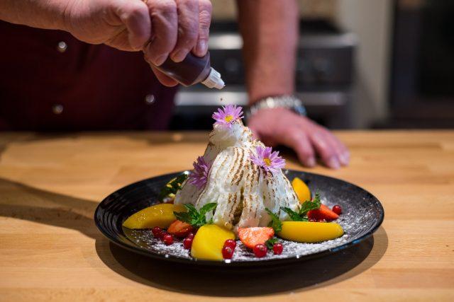 Dezert ozdobíme čerstvým nebo kompotovaným ovocem a posypeme moučkovým cukrem