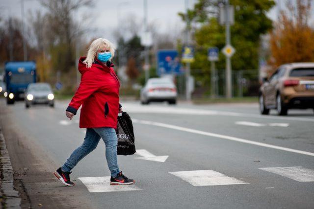 Žena přechází silnici na Palackého třídě v Pardubicích