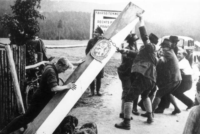 Sudetští Němci strhávají sloup na československo-německé hranici