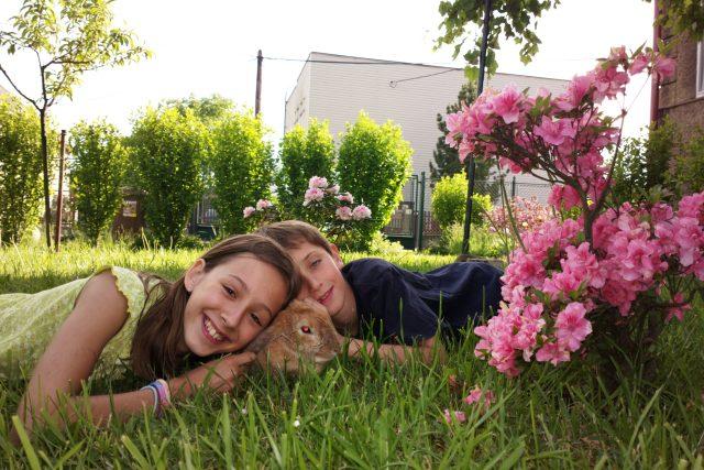 Anička s Vojtou na zahradě v Polance u tatínka, babičky Marty a dědy Franty