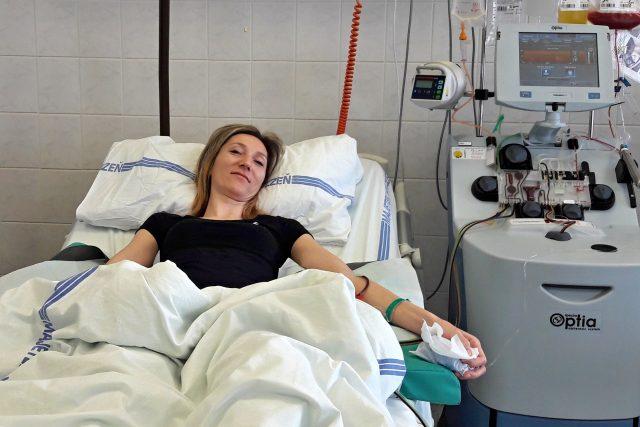 Lékaři je dárkyni odebrali novější metodou pomocí separátoru bez nutnosti narkózy. Mladá žena tak svojí kostní dření pomůže zachránit život jinému člověku | foto: Martina Klímová,  Český rozhlas,  Český rozhlas
