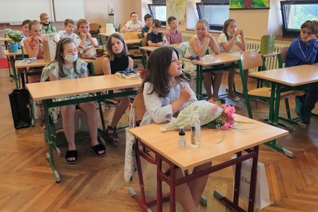 Děti ze základní školy v Protivíně si přišly pro vysvědčení | foto: Lucie Hochmanová,  Český rozhlas,  Český rozhlas
