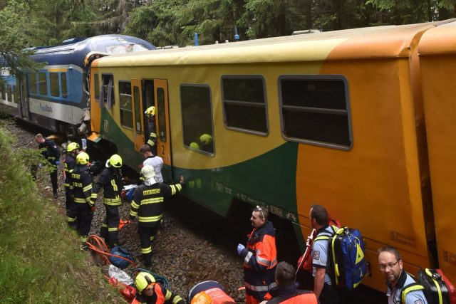 Srážka vlaků u obce Pernink. Záchranářům práci komplikuje nepřístupný terén.