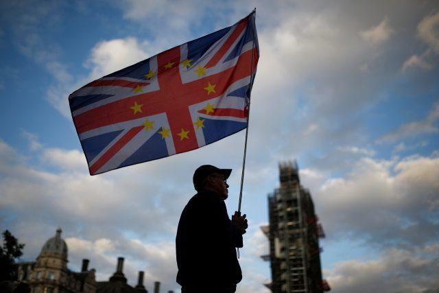 Spojená britská a evropská vlajka před pralamentem v Londýně.