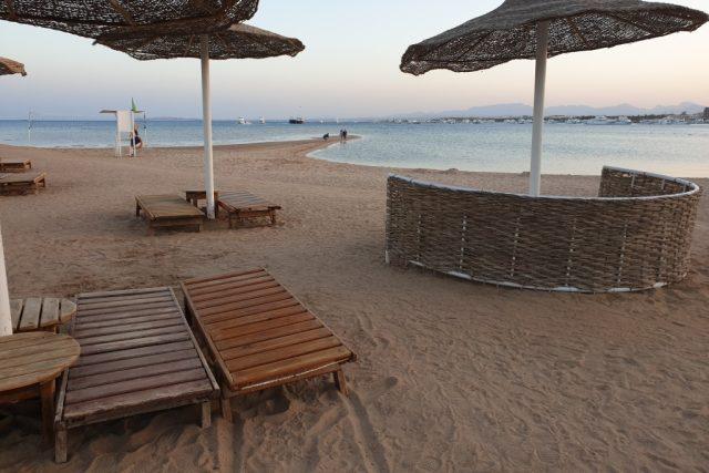 Dřevěná lehátka na pláži v Hurghadě