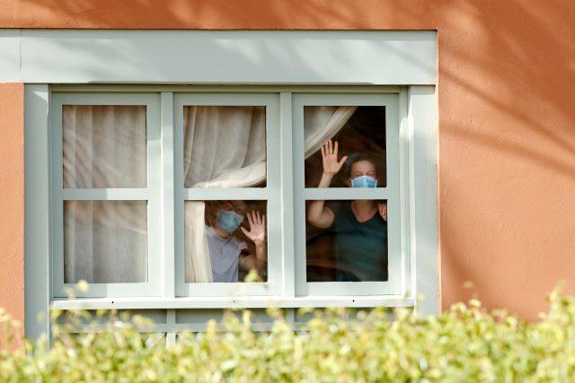 Hosté hotelu H10 Costa Adeje Palace na kanárském ostrově Tenerife,  kteří zůstávají v karanténě | foto: Borja Suarez,  Reuters
