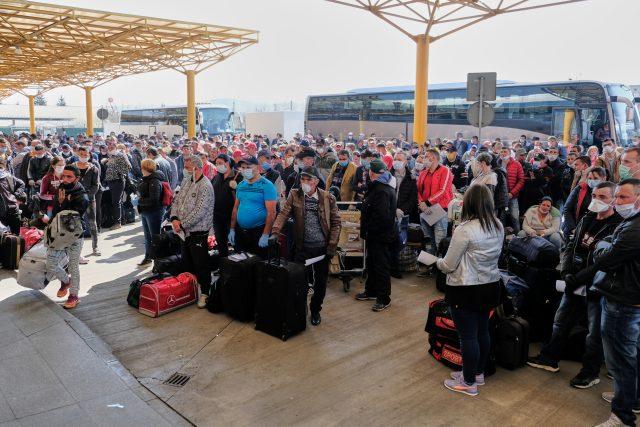 Sezónní pracovníci čekající na letišti na odlet do Německa