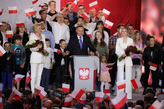 Volební štáb Dudy po zveřejnění prvních povolebních odhadů slaví