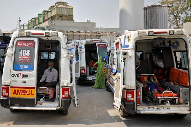 Pacienti s covidem v Indii čekají před nemocnicí v sanitkách na příjem