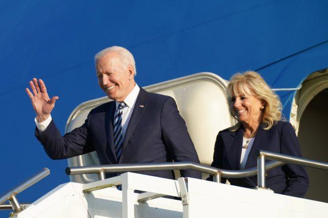 Biden přistál v prezidentském speciálu Air Force One na letišti britského letectva v Mildenhallu