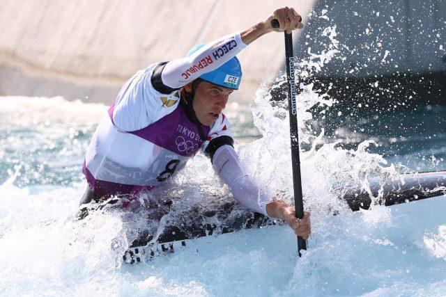 Český kanoista Lukáš Rohan bojuje s vodou a brankami v Tokiu. Nakonec dojel druhý a pro Česko vybojoval první medaili.   foto: STOYAN NENOV,  Reuters