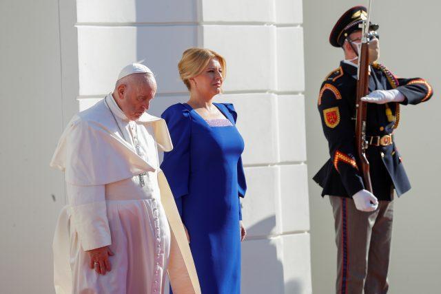 Papež František na návštěvě Slovenska,  stojí vedle Zuzany Čaputové | foto: Reuters