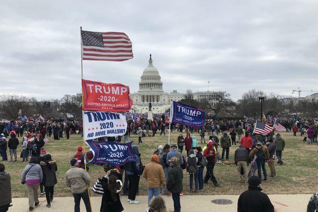 Prezident je před Bílým domem vyzval mimo jiné k pochodu ke Kapitolu a k použití síly s cílem zvrátit výsledek voleb, které prohrál