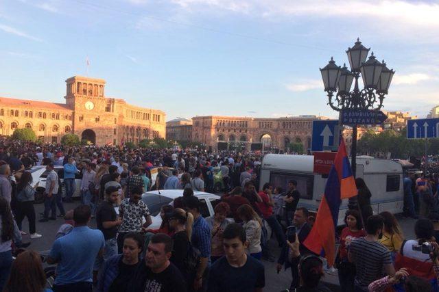 Protesty v Arménii, jak je zachytilo litvínovské Docela velké divadlo