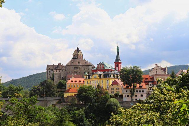 Pohled na hrad Loket z dálky.