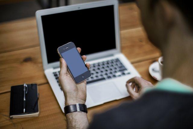 Mobilní telefon, notebook, počítač (ilustrační foto)