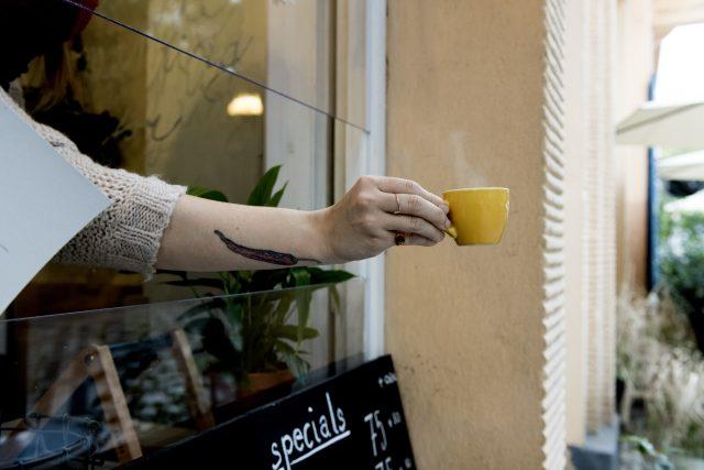 Kavárny, restaurace i bary od středy zavřely své dveře, některé pokračují v činnosti s obsluhou přes výdejová okénka.