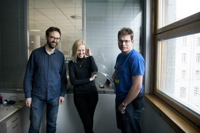 Důležitou součástí je datová žurnalistika, na fotce dataři Petr Kočí (vlevo), Jan Cibulka (vpravo) a redaktorka Nela Krawiecová.