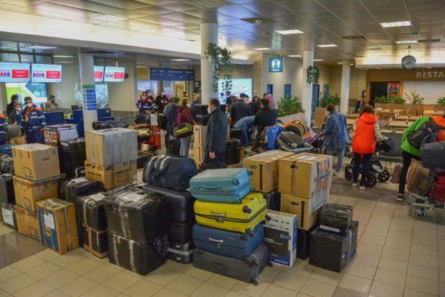 Pracovníci ruské ambasády shromáždění k odbavení na Letišti Václava Havla