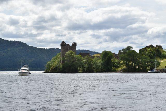 Skotské jezero Loch Ness.