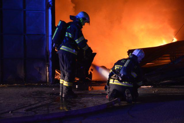 Hasiči v noci zasahovali u požáru haly v Letech u Prahy