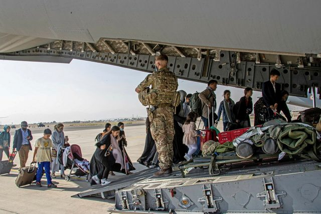 Evakuace lidí vedená britskými vojáky v Kábulu | foto: Reuters
