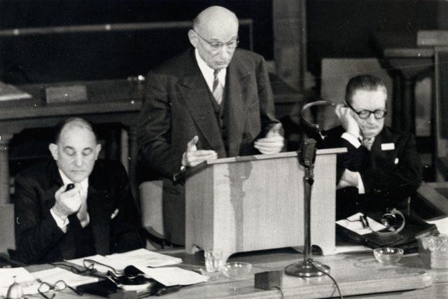 Francouzský ministr zahraničí Robert Schuman (uprostřed).