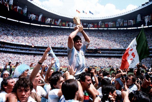Maradona slaví zlato na mistrovství světa.