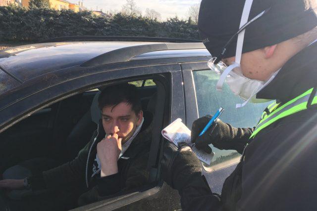 Každé do Litovle přijíždějící vozidlo kontroluje Policie ČR.