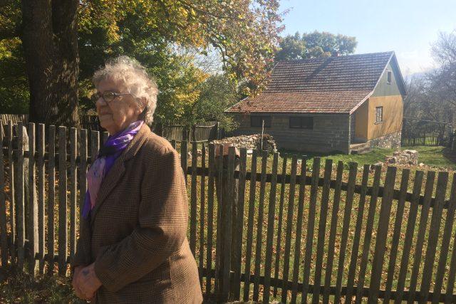 Paní Jelka Rodičová před svým domem v západní Bosně.