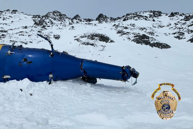 Fotografie zříceného vrtulníku, ve kterém zahynul podnikatel Petr Kellner, trenér a instruktor snowboardingu Benjamin Larochaix, horský průvodce Gregory Harms, horský průvodce Sean McManamy a pilot vrtulníku Zachary Russell
