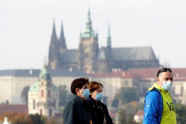 Lidé nosí kvůli vládním nařízením roušky i venku