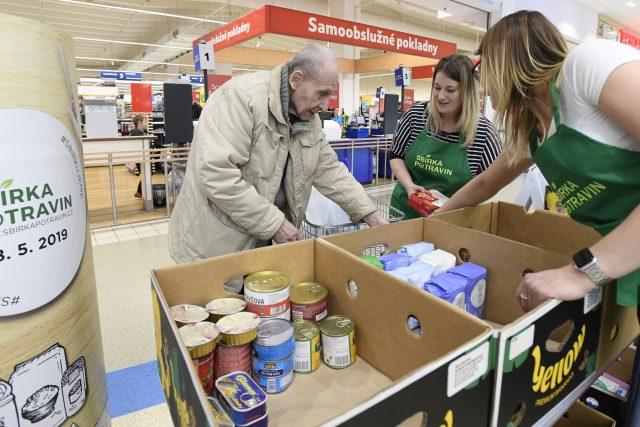 Sběrné místo u supermarketu Tesco v pražském Edenu, který se zapojil do jarního kola potravinové sbírky