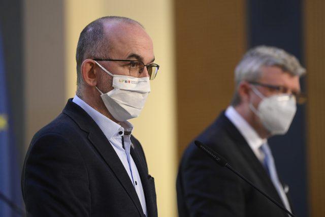 Ministři zdravotnictví Jan Blatný (vlevo) a průmyslu a obchodu Karel Havlíček během tiskové konference po jednání vlády