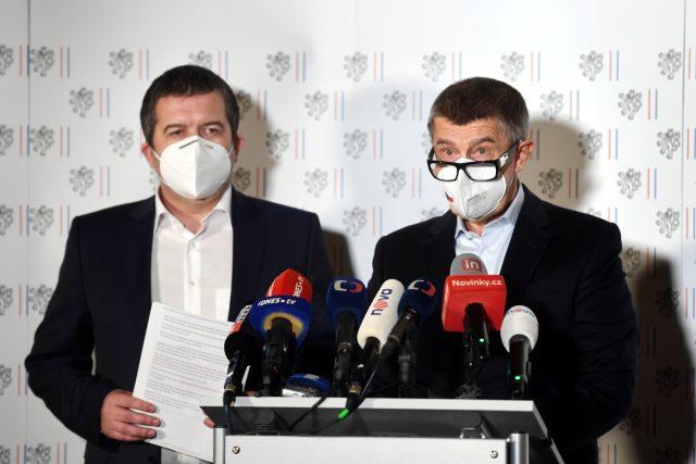 Premiér Andrej Babiš (vpravo) a první místopředseda vlády Jan Hamáček vystoupili na mimořádné tiskové konferenci