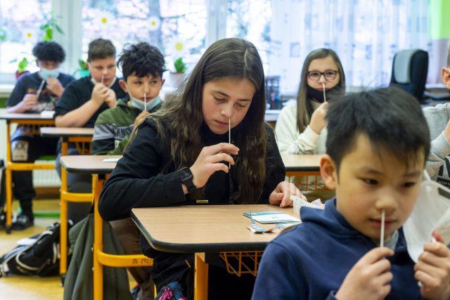 Žáci Základní školy Vojanova v Děčíně, kde 19. dubna 2021 začala takzvaná rotační výuka, si provádí ve své třídě testy na koronavirus. Kvůli epidemické situaci se děti v okrese vrátily do škol o týden později než ve zbytku republiky.
