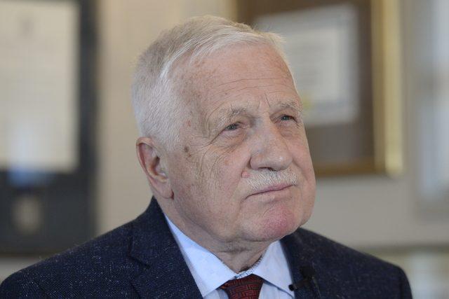 Bývalý prezident Václav Klaus na úterní tiskové konferenci označil článek za předem připravený útok na svou osobu | foto: Kateřina Šulová,  ČTK