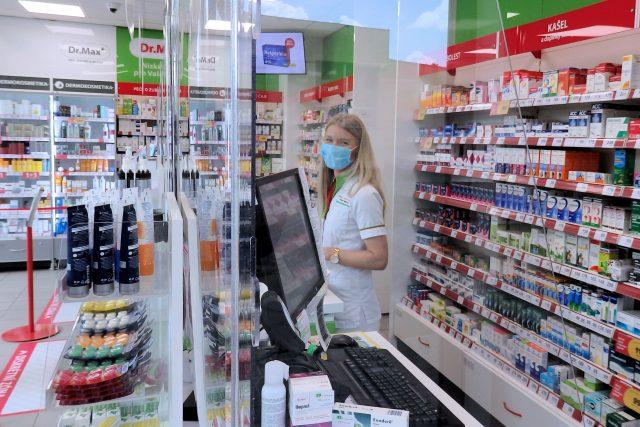 Roušky v lékárně jsou na některých místech Česka povinné, například v Praze nebo ve Zlínském kraji (ilustrační foto)