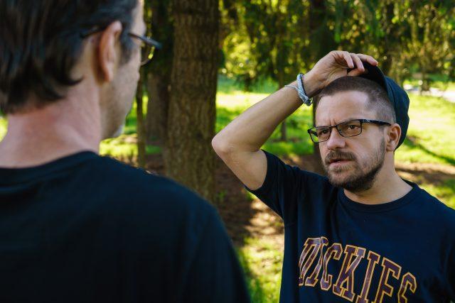 Jiří Mádl konzultuje s Petrem Zelenkou svůj kostým.