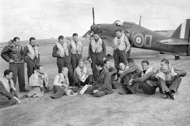 pilots_of_no._310_cz_180401-085637_haf.jpg   foto: Devon S A  (Mr),  Royal Air Force official photographer,  Air Ministry Second World War Official Collection