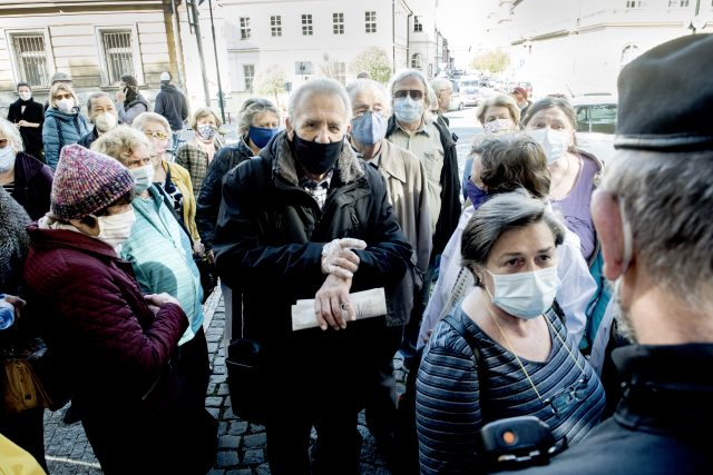 Plošné testování koronaviru v Praze- u vstupu do Kateřinské zahrady