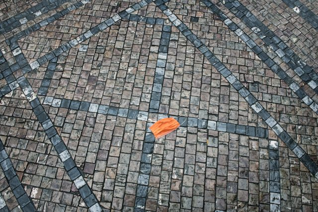V ulicích bez lidí, bez odpadků. Ztracená rouška.