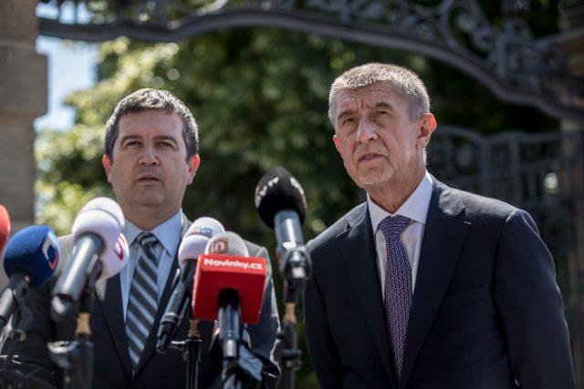 Premiér Andrej Babiš  (ANO) a ministr vnitra Jan Hamáček  (ČSSD) | foto: Profimedia